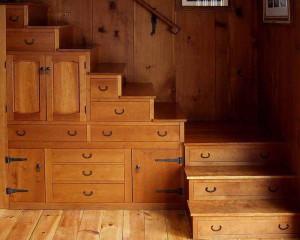 Используем пространство под лестницей