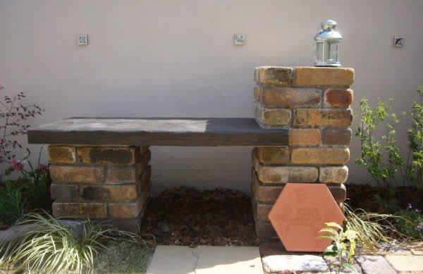 Столбики – опоры для скамейки