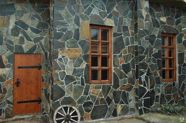 Облицовочный природный камень на фасаде