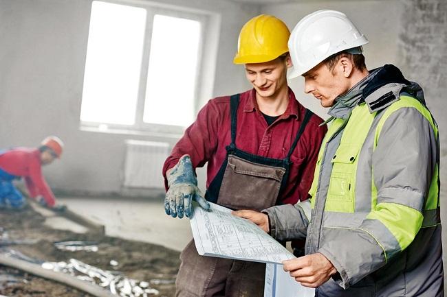 Рабочие ремонтируют квартиру